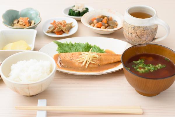 市販の高齢者向け介護食や介護食弁当には、どんなメリットがあるの?